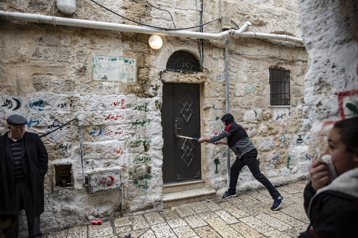 Palestinians are seen as Israeli army forces Palestinian Halebi family to leave their house in Derwish street in Jerusalem on 5 March 2019. [Faiz Abu Rmeleh - Anadolu Agency]