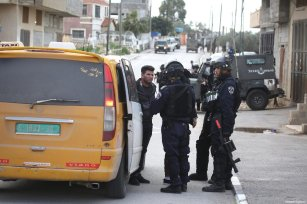 Israeli soldiers set up road blocks, search cars and close roads after an Israeli was killed and two were wounded in two different shooting attacks in Ramallah, West Bank on March 17, 2019 [Issam Rimawi / Anadolu Agency]
