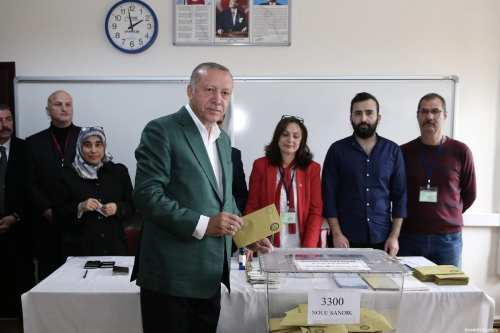 Turkish President Recep Tayyip Erdogan casts his vote at a polling station during local elections in Istanbul, Turkey on 31 March 2019 [Ahmet Bolat/Anadolu Agency]