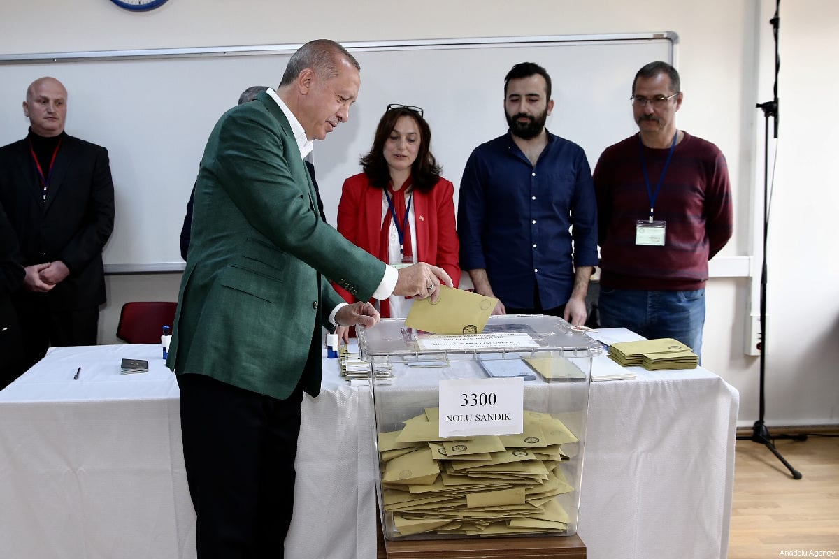 Turkish President Recep Tayyip Erdogan casts his vote at a polling station during local elections in Istanbul, Turkey on 31 March, 2019 [Ahmet Bolat/Anadolu Agency]