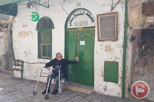 Israeli settlers spread adhesive substance to the door of the Sheikh Makki Mosque in the Old City of occupied Jerusalem [Maannews]