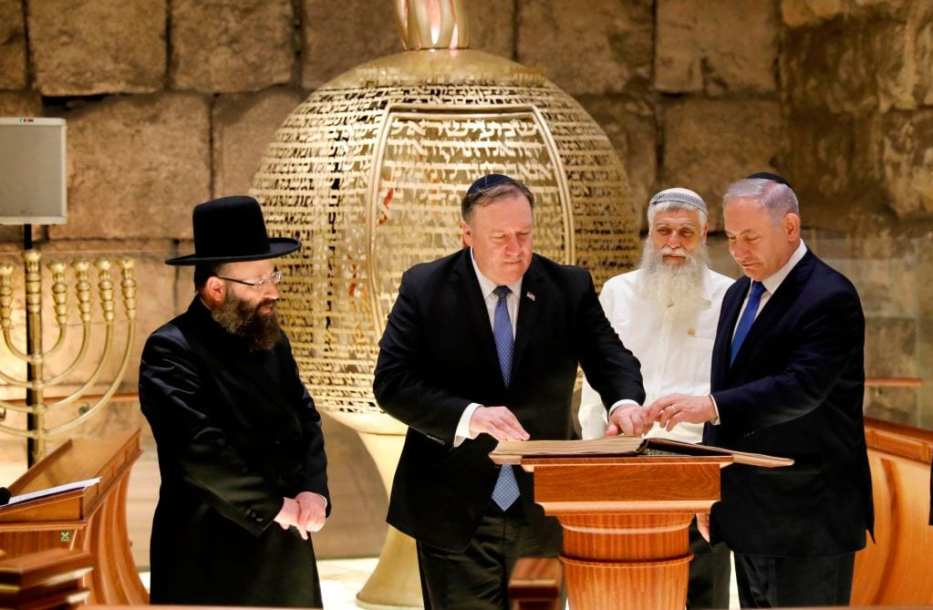 Israeli Prime Minister Benjamin Netanyahu (R) and US Secretary of State Mike Pompeo (C) visit the Rabbi of the Western Wall Shmuel Rabinovitch (L) at the Western Wall Tunnels in Jerusalem's Old City on 21 March 2019. [ABIR SULTAN/AFP/Getty Images]