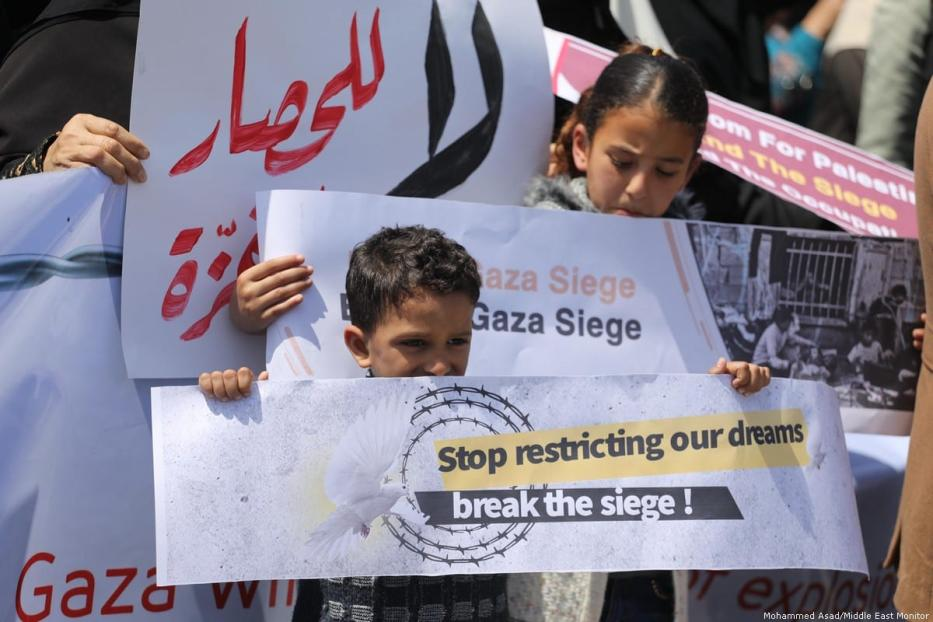 Palestinians protest outside the UNSCO building in Rafah, Gaza Strip, on 23 April 2019 [Mohammed Asad/Middle East Monitor]
