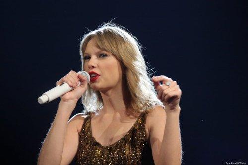 US artist Taylor Swift performing during her stadium tour on 19 March 2012 [Eva Rinaldi/Flickr]