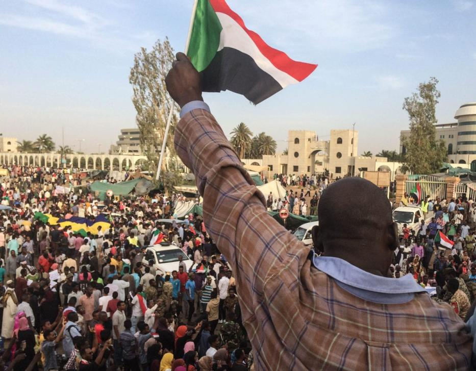 Sudanese protestors gather in front of central military headquarters demanding a civilian transition government, in Khartoum, Sudan on April 14, 2019. [Stringer - Anadolu Agency]