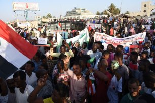 Sudanese demonstrators gather in front of military headquarters during a demonstration after The Sudanese Professionals Association's (SPA) call, demanding a civilian transition government, in Khartoum, Sudan on 21 April, 2019 [Ömer Erdem/Anadolu Agency]