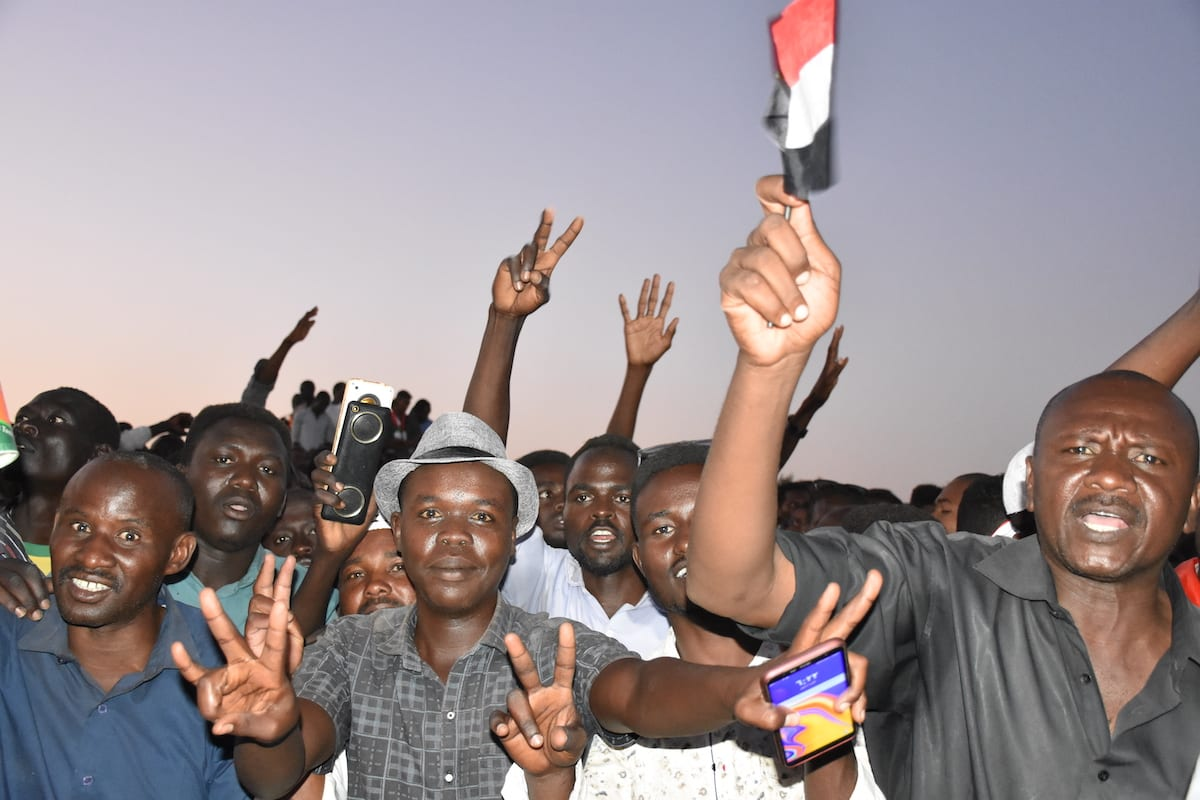 Sudanese demonstrators gather in front of military headquarters during a demonstration after The Sudanese Professionals Association's (SPA) call, demanding a civilian transition government, in Khartoum, Sudan on April 21, 2019 [Ömer Erdem/Anadolu Agency]