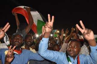 Sudanese demonstrators gather in front of military headquarters demanding a civilian transition government, in Khartoum, Sudan on 21 April 2019 [Ömer Erdem/Anadolu Agency]