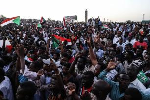 Sudanese demonstrators gather in front of military headquarters during a demonstration after The Sudanese Professionals Association's (SPA) call, demanding a civilian transition government, in Khartoum, Sudan on April 21, 2019. [Mahmoud Hjaj - Anadolu Agency]