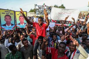 Sudanese demonstrators gather in front of military headquarters during a demonstration after The Sudanese Professionals Association's (SPA) call, demanding a civilian transition government, in Khartoum, Sudan on 21 April, 2019 [Mahmoud Hjaj/Anadolu Agency]
