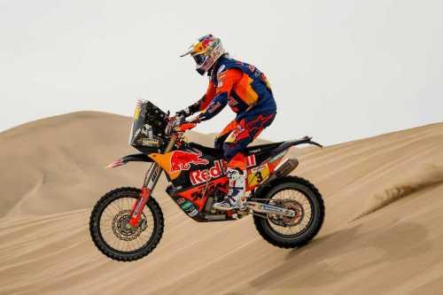 Motorbike in the desert during the Dakar rally [Twitter]