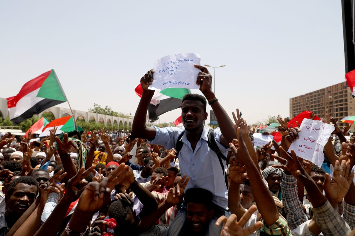 Sudanese demonstrators gather to protest demanding a civilian transition government in front of military headquarters outside the army headquarters in Khartoum, Sudan on 3 May 2019. [Mahmoud Hjaj - Anadolu Agency]