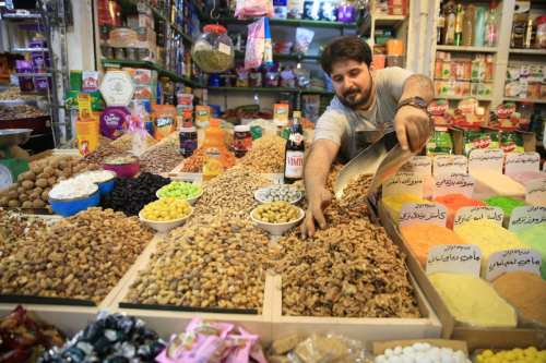 Iraqi Muslims shop at the Shorjah market ahead of Muslims' Holy Month of Ramadan in Baghdad, Iraq on 4 May 2019. [Haydar Karaalp - Anadolu Agency]