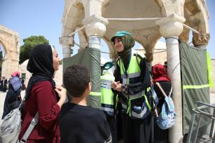 Muslim volunteer women wearing yellow vest, from Organising Committee of Al-Aqsa Mosque, guard during the holy fasting month of Ramadan at Al-Aqsa Mosque compound in Jerusalem on 26 May 2019 [Faiz Abu Rmeleh/Anadolu Agency]