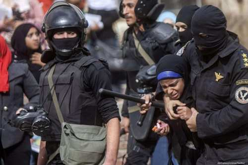 Egyptian forces brutally arrest an Egyptian women [AlkhaleejOnline/Twitter ]
