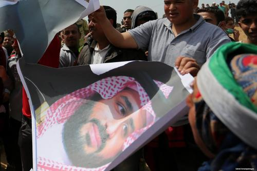 Palestinians burn portraits of Mohammed Bin Salman in Gaza on 13 April 2018