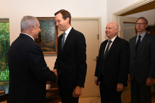 US president Donald Trump's senior adviser Jared Kushner (C) meets Israeli Prime Minister Benjamin Netanyahu (L) in West Jerusalem on May 30, 2019 [Kobi Gideon / GPO / Handout - Anadolu Agency]