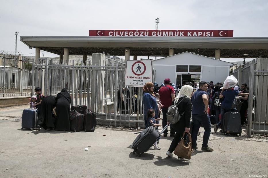 Syrians pass through Cilvegozu border gate to reach her hometowns ahead of Eid al-fitr, in Reyhanli, Hatay on May 31, 2019. [Cem Genco - Anadolu Agency]