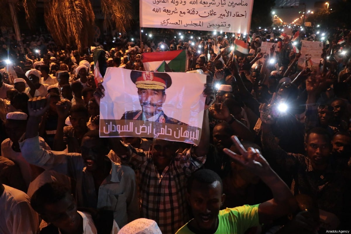 Protesters march in support of transitional military council in front of presidential palace in Khartoum, Sudan on 31 May 2019 [Mahmoud Hjaj/Anadolu Agency]