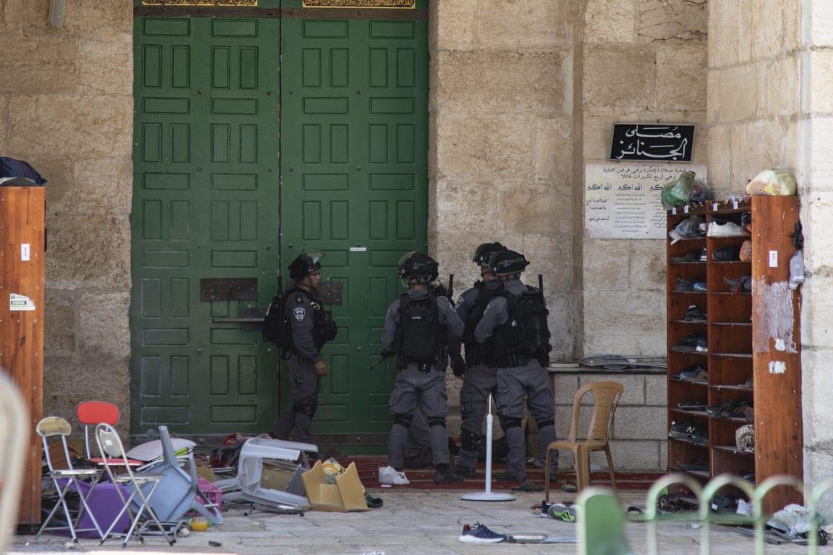 Israeli police close Kiblah Masjid's entrance with a chain as fanatic Jews, under Israeli police protection, raid Al-Aqsa Mosque Compound in Jerusalem on 2 June 2019. [Faiz Abu Rmeleh - Anadolu Agency]