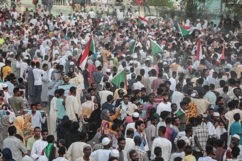 Sudanese march towards military headquarters in Khartoum, Sudan on 11 April 2019 [Mahmoud Hjaj/Anadolu Agency]