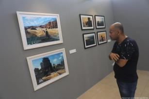 Palestinians showcase their artwork at Studio Windows from Gaza for Contemporary Arts in Gaza on 29 July 2019 [Mohammed Asad/Middle East Monitor]