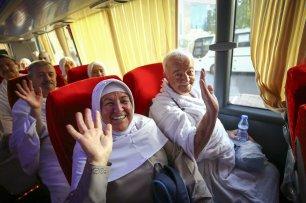 Turkish pilgrims get on the bus to set off to Mount Arafat also known as Mount of Mercy (Jabal ar-Rahmah) in Mecca, Saudi Arabia on 9 August, 2019 [Halil Sağırkaya/Anadolu Agency]