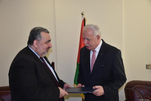 Foreign Minister Riyad Malki (R) and Mazen Khuffash, Nicaragua's first ambassador to Palestine on 8 August 2019 [WAFA Images]