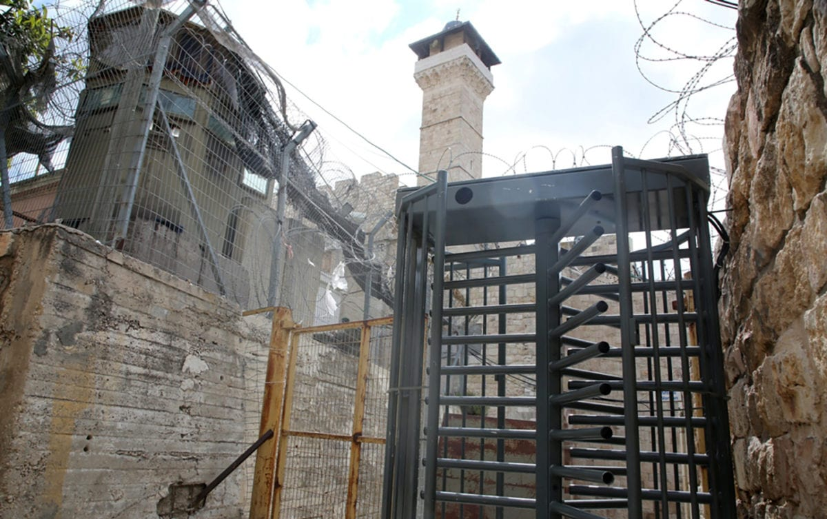 The general view shows the Ibrahimi Mosque after closure by Israeli soldiers in the West Bank city of Hebron on 22 April 2019 [Mashhor Wahwah/ WAFA]