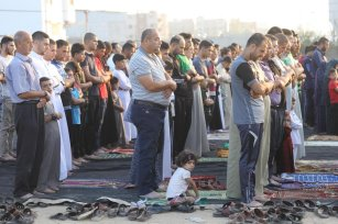 """Muslims gather to perform the Eid Al-Adha (Feast of the Sacrifice) prayer at the site of the """"Great March of Return"""" demonstrations were held in Gaza City, Gaza on 11 August 2019. [Mohammed Asad - Middle East Monitor]"""