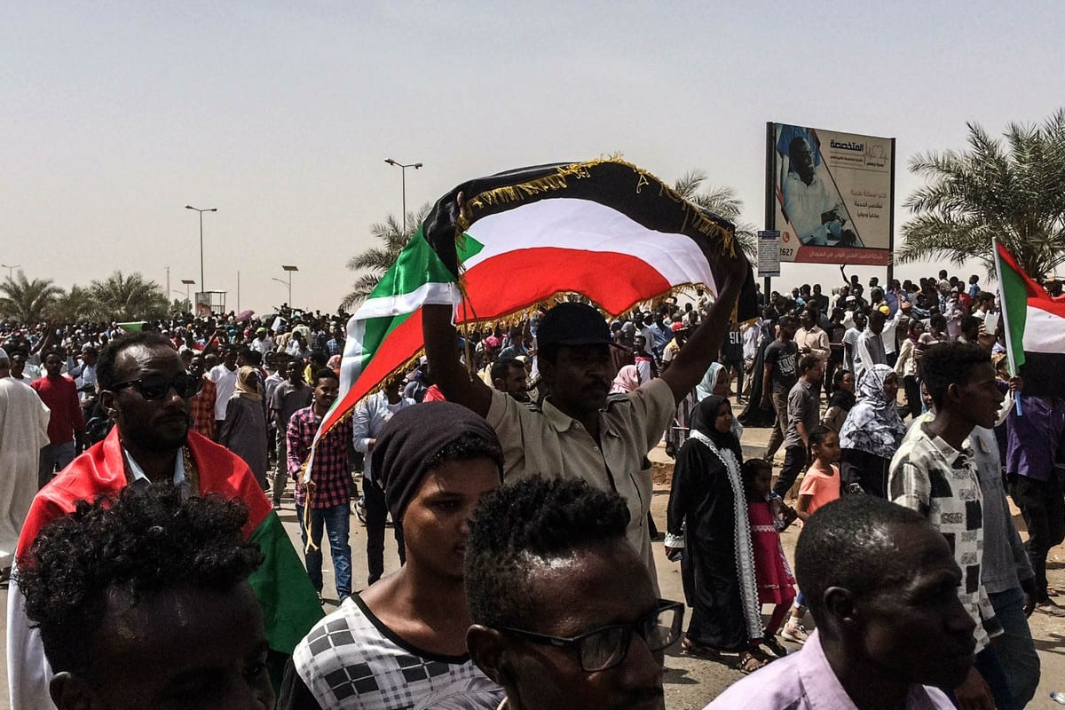 Sudanese people march towards military headquarters [Stringer - Anadolu Agency]