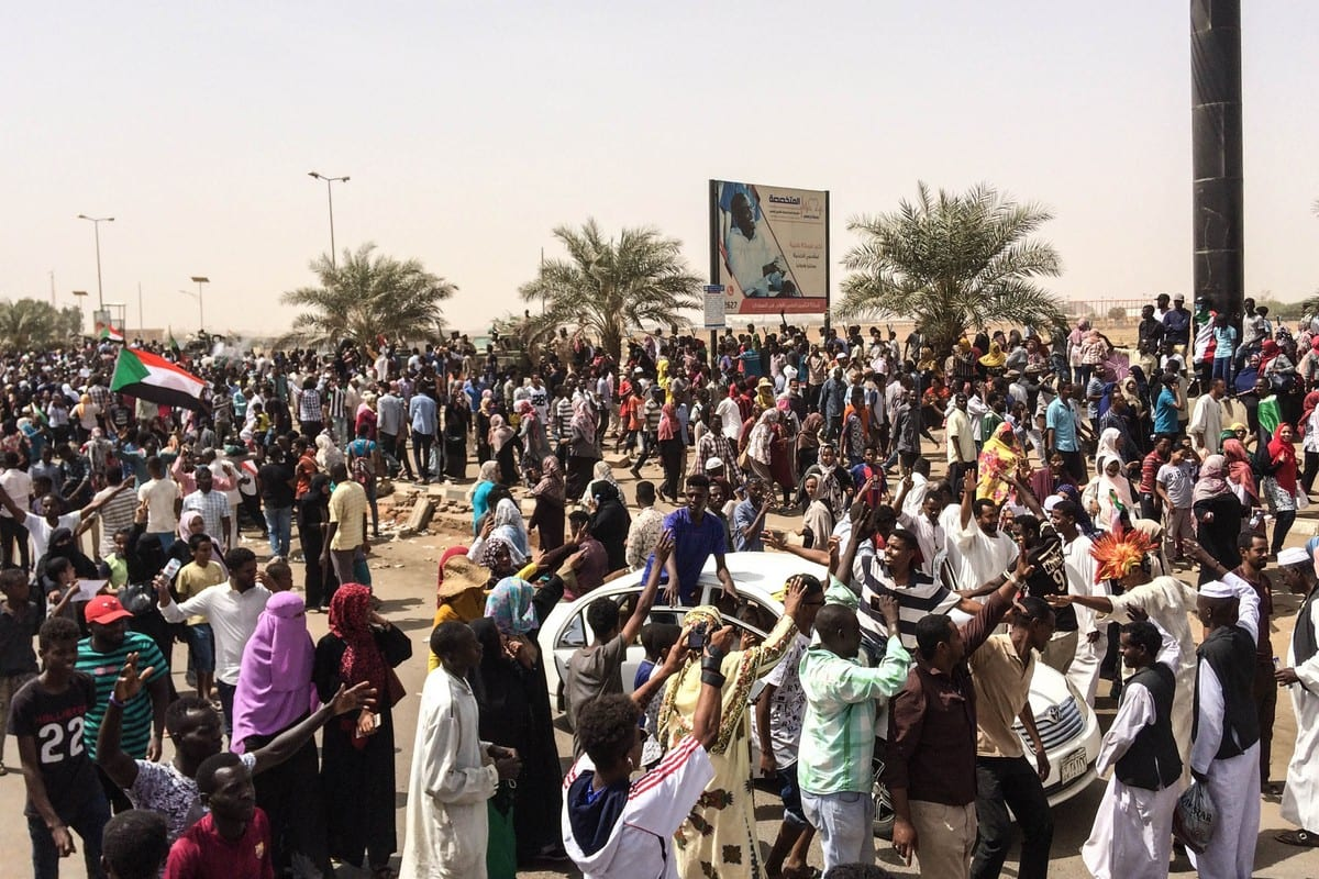 Sudanese people march towards military headquarters after the Sudanese Professionals Association's (SPA) call in Khartoum, Sudan on 11 April, 2019 [Stringer / Anadolu Agency]
