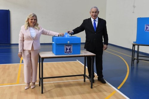 Israeli Prime Minister, leader of Likud Party Benjamin Netanyahu and his wife Sara Netanyahu (L) cast their votes during the Israeli elections, at a polling station in Jerusalem, on 17 September 2019 [HAIM ZACH/Anadolu Agency]