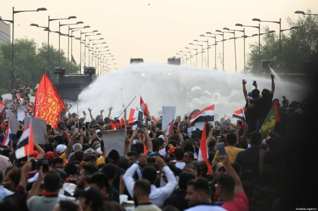 Security forces confront Iraqi demonstrators with water cannons and tear gas canisters when demonstrators tried to enter Green Zone in Baghdad, Iraq on October 01, 2019 [Murtadha Sudani / Anadolu Agency]