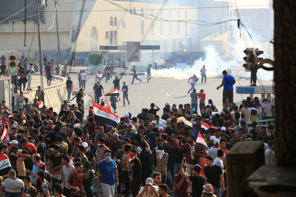 Iraqi demonstrators try to enter Green Zone as they gather for a demonstration against Iraqi government in Baghdad, Iraq on 1 October 2019. [Murtadha Sudani - Anadolu Agency]