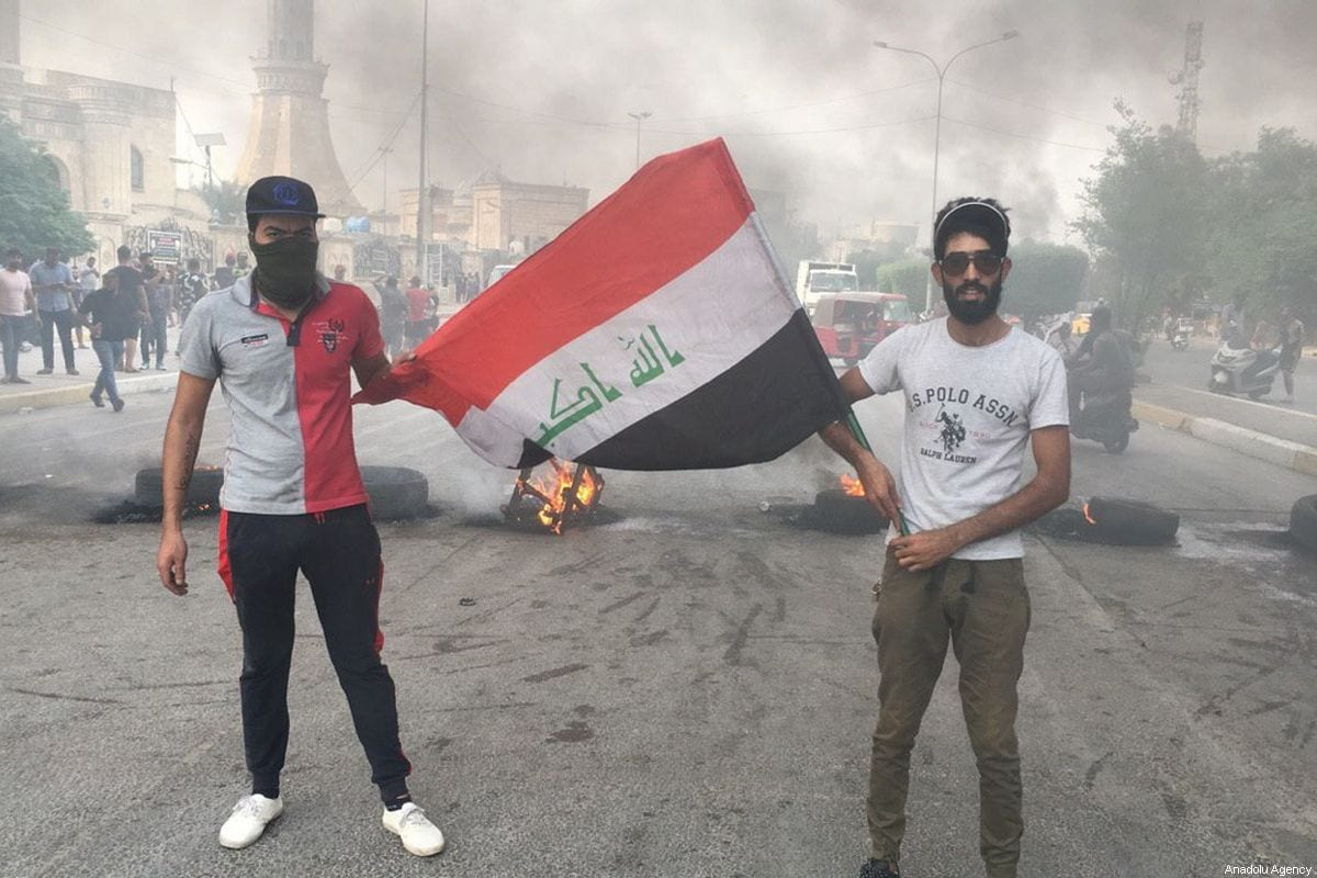Iraqi demonstrators burn tires and block roads during an anti-government protests in Baghdad, Iraq on October 2, 2019 [Murtadha Sudani / Anadolu Agency]