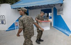 Tunisian army soldiers distribute ballot boxes and election materials to a polling station in Tunis, Tunisia on 5 October, 2019 [Yassine Gaidi/Anadolu Agency]