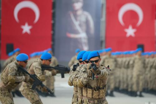Turkish soldiers perform during a military ceremony at Yeni Foca Gendarmerie Commando Counter Terrorism Operations School Command after 45 specialized sergeant swore oath in Izmir, Turkey on October 18, 2019 [Emin Mengüarslan / Anadolu Agency]
