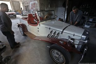 This Gaza garage brings classic cars back to life [Mohammed Asad/Middle East Monitor]