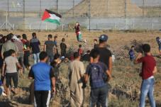 Thousands of Palestinians on Friday flockedto the security fence for the 77th week running to participate in the weekly anti-occupation protests, known as the Great March of Return on 4 October 2019 [Mohammed Asad/Middle East Monitor]