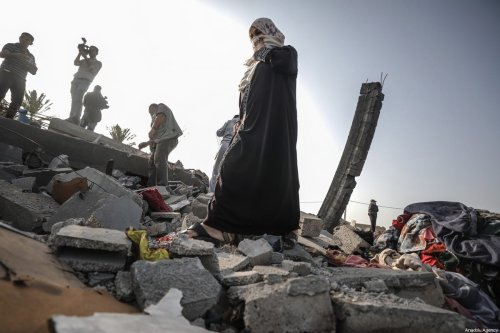 Palestinians collect their usable clothes after Israeli airstrikes hit their homes in Khan Yunis, Gaza as tension rises between Israel and Gaza after commander in the Al-Quds Brigades, the armed wing of Gaza-based resistance faction Islamic Jihad, Bahaa Abu Al-Atta was killed by Israeli airstrike, on 13 November 2019. [Ali Jadallah - Anadolu Agency]