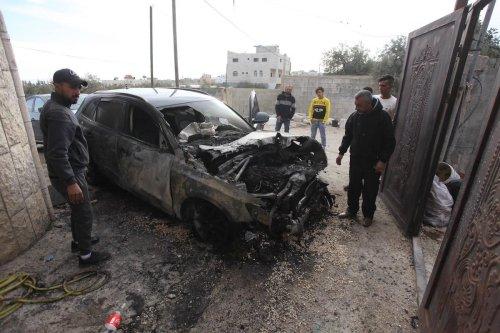 People gather around a burnt vehicle in Nablus, West Bank on 22 November 2019. [Nedal Eshtayah - Anadolu Agency]