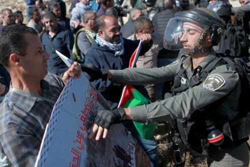 Palestinians react against Israeli soldiers' intervention during a protest against construction of Jewish settlements in Hebron, West Bank on 22 November 2019. [ Mamoun Wazwaz - Anadolu Agency ]