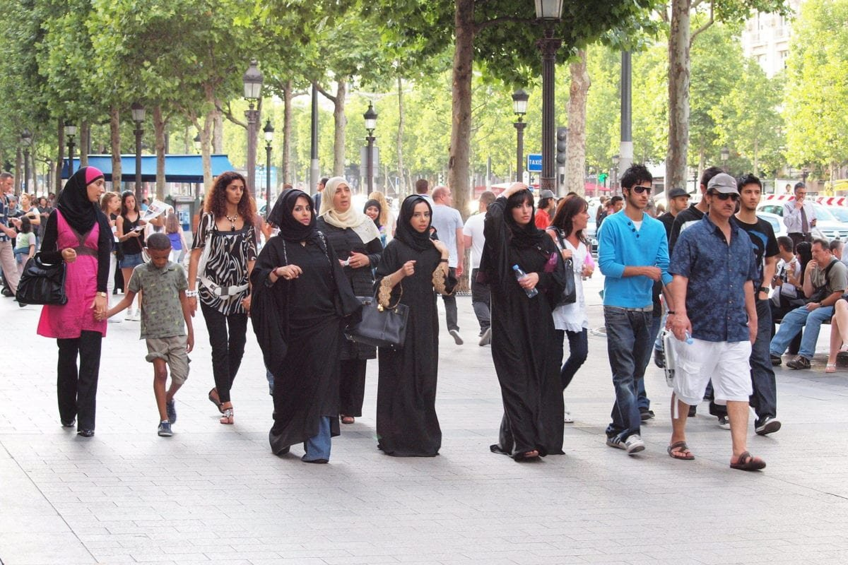 Muslim women in the Champs-Élyséesm, Paris, France on 31 July 2010 [Zoetne - Flickr]