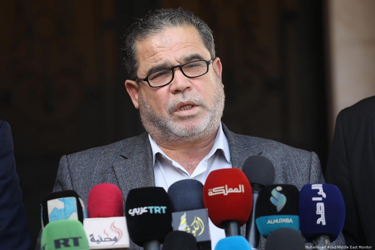 Salah Al-Bardaweel of the Hamas Political Bureau (C) speaks at a press conference in Gaza on 26 November 2019 [Mohammed Asad/Middle East Monitor]