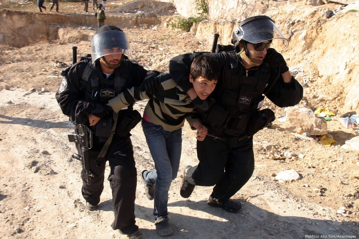 Israeli police officers arrest a Palestinian youth Issawiya, Jerusalem, 4 January 2017 [Mahfouz Abu Turk/Apaimages]