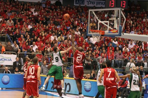 Hapoel Jerusalem Basketball at the Israel semi-final game in 2009 [Ilan Costica/Wikicommons}