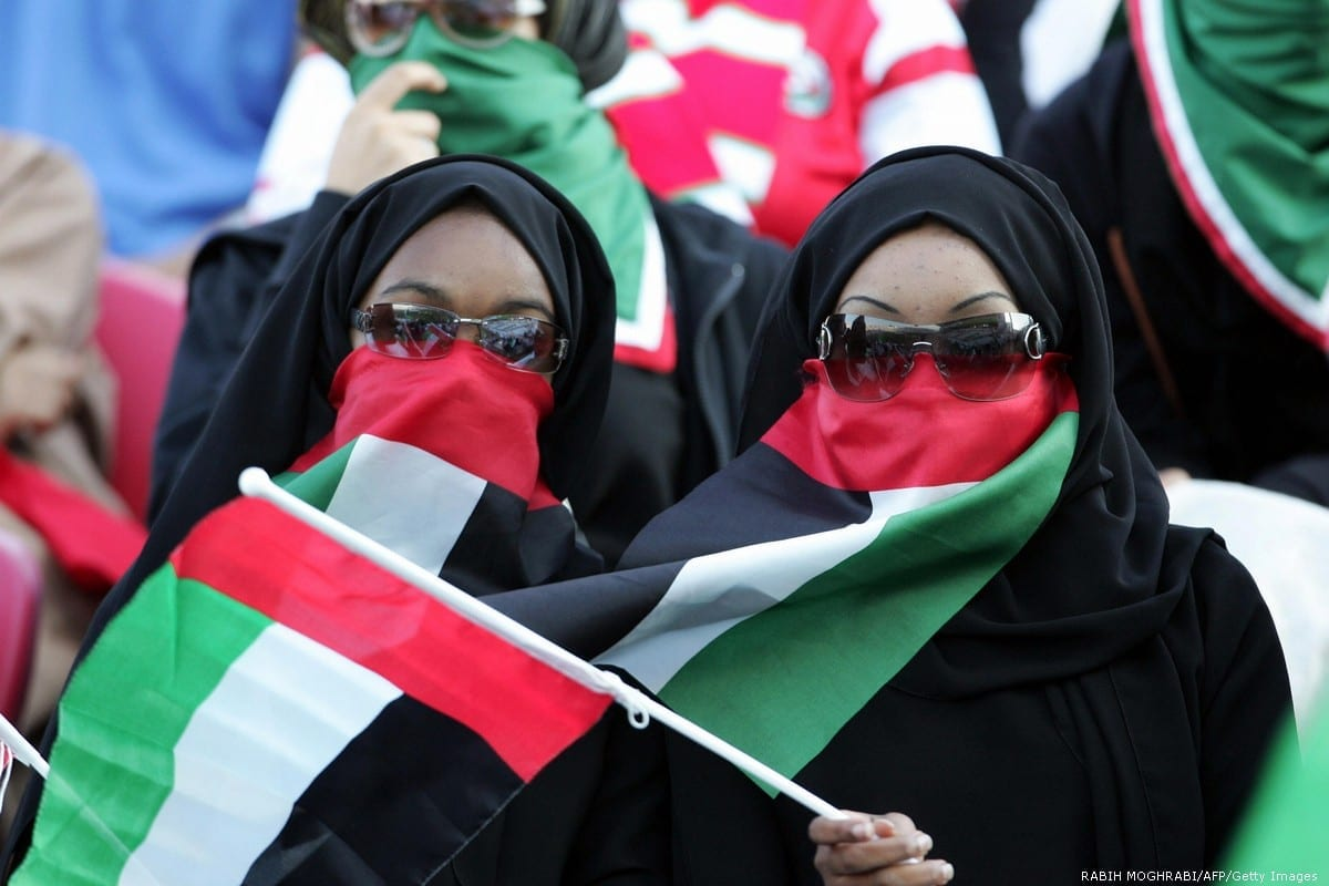 Emirati women cover their faces with their national flag in Abu Dhabi, UAE 20 January 2015 [RABIH MOGHRABI/AFP/Getty Images]