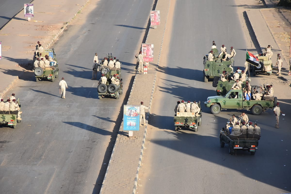 Members of the Sudanese Army block roads in Khartoum, Sudan on 14 January 2020. [Mahmoud Hajaj - Anadolu Agency]