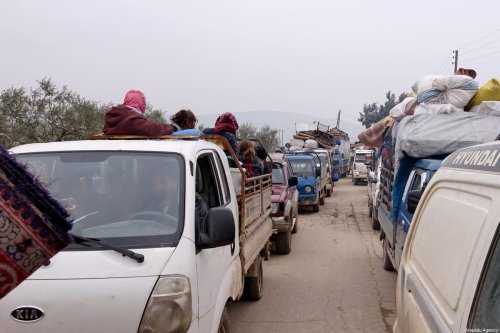 Syrian civilians, who have been displaced due to the ongoing attacks carried out by Assad regime and Russia, are seen on their way to safer zones on January 19, 2020 [Ibrahim Dervis / Anadolu Agency]